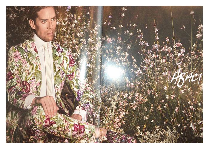 Kampagnen Model mit dem beliebten Blumenanzug